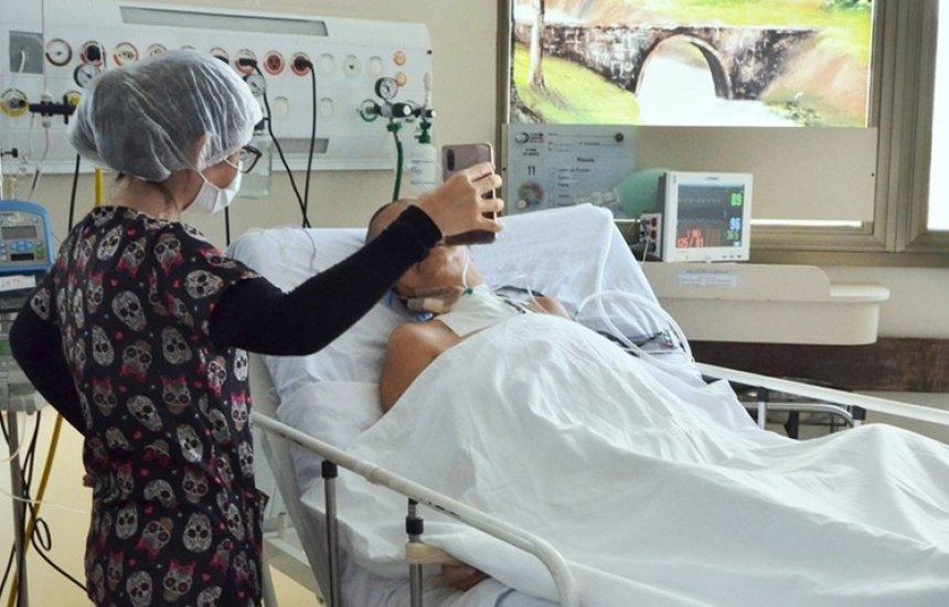 [Pacientes de Covid-19 internados em Camaçari têm contato com a família por vídeochamada]