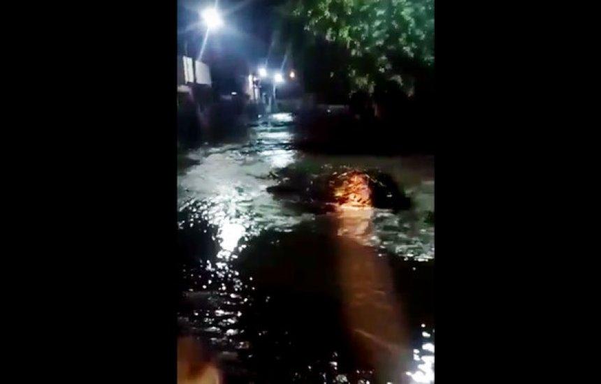 Famílias deixam casas após enxurrada provocada por tromba d'água no sudoeste da Bahia