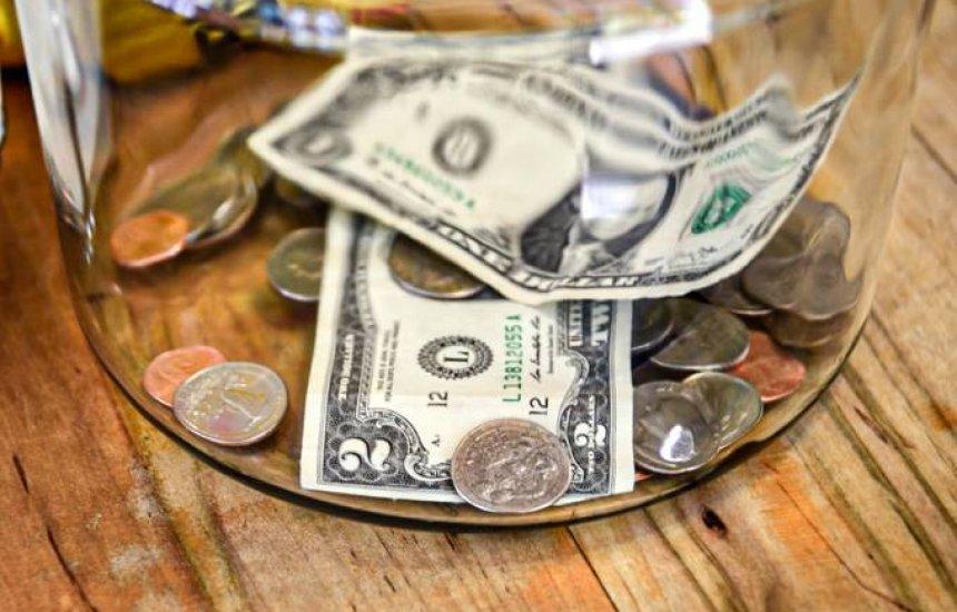 Dólar cai e é negociado abaixo de R$ 5,30 após queda do desemprego nos EUA