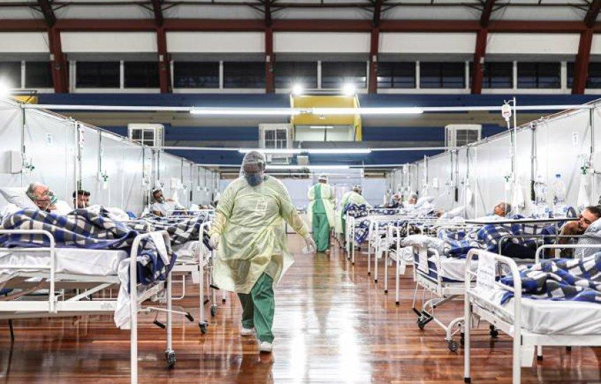 Saúde diz que Brasil atingiu platô de mortes, mas alta de casos preocupa
