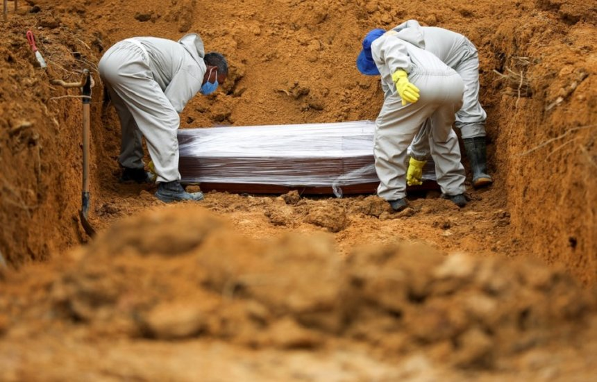 País tem 64.383 mortes em decorrência do novo coronavírus, aponta consórcio