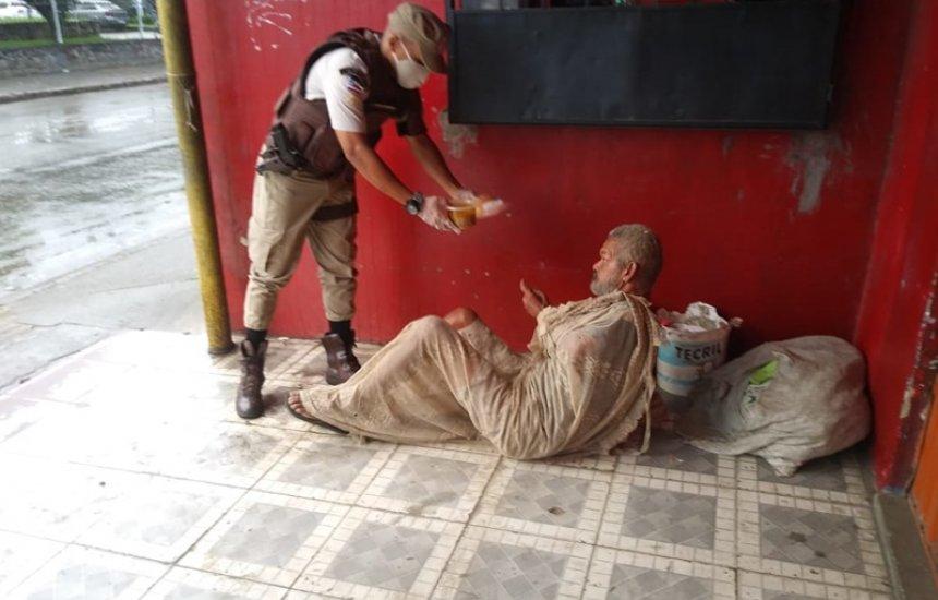 [Policiais militares distribuem sopa para pessoas carentes em Simões Filho]