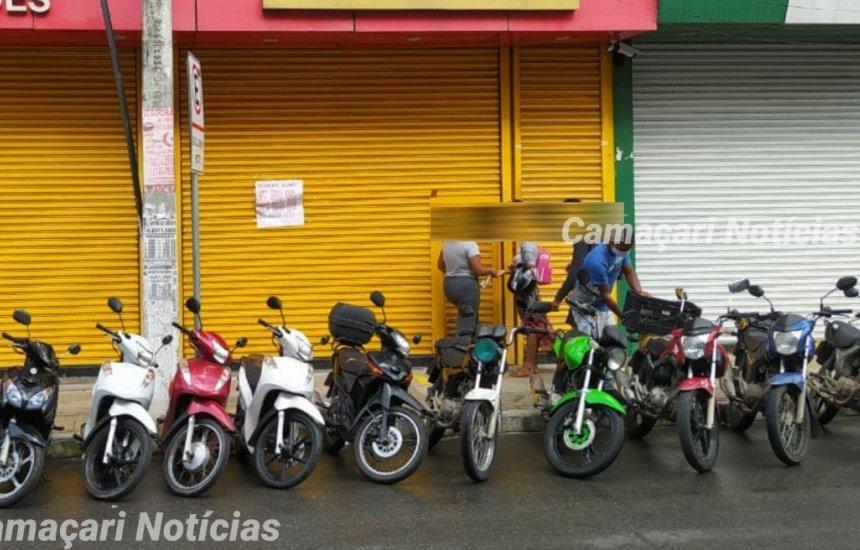 [Lojas continuam recebendo clientes com portas abaixadas no centro]
