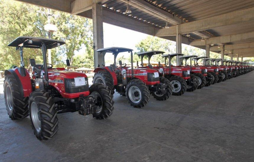 [Governador entrega tratores agrícolas a entidades de 59 municípios baianos]