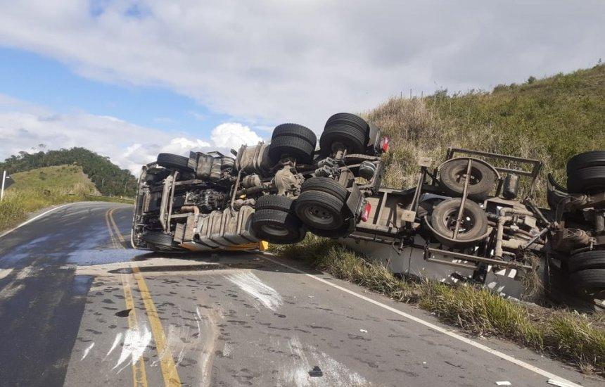 [Caminhão carregado de cimento tomba e deixa parte de rodovia interditada no sul da Bahia]