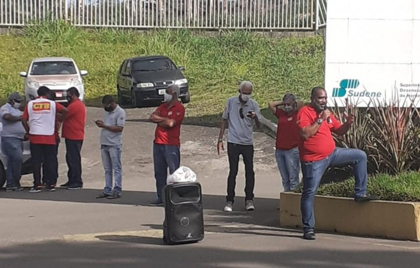 [Funcionários de mineradora protestam contra fechamento de unidade em Simões Filho]