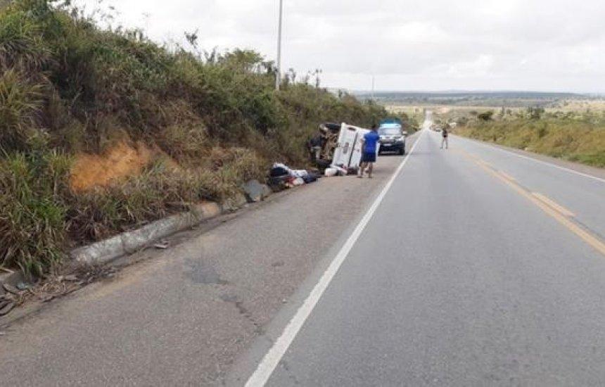 Sete pessoas da mesma família ficam feridas após Kombi tombar na Bahia