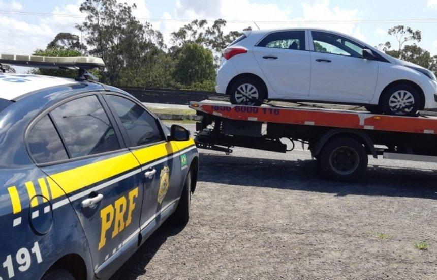 [Homem é preso com carro roubado após ficar sem combustível e ser parado pela PRF]
