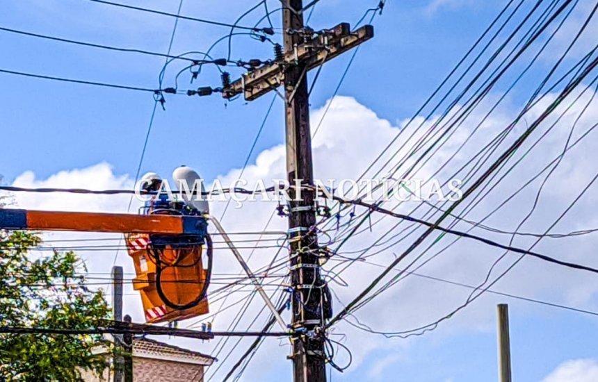 [Coelba realiza manutenção em rede elétrica em vias da orla de Camaçari]