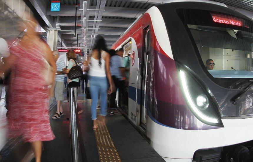 [Mulher é resgatada com vida após cair nos trilhos do metrô da estação rodoviária]