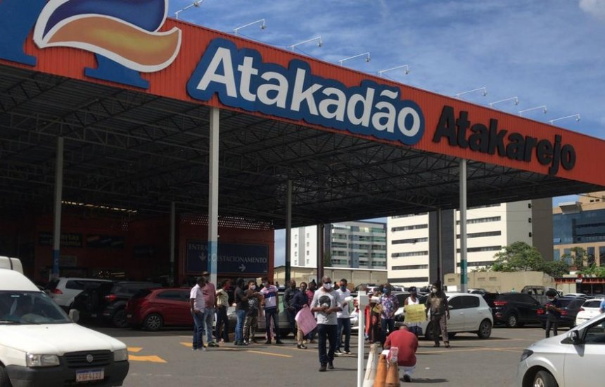 [Grupo faz protesto por causa de homens mortos após furtarem carne na frente de supermercado]