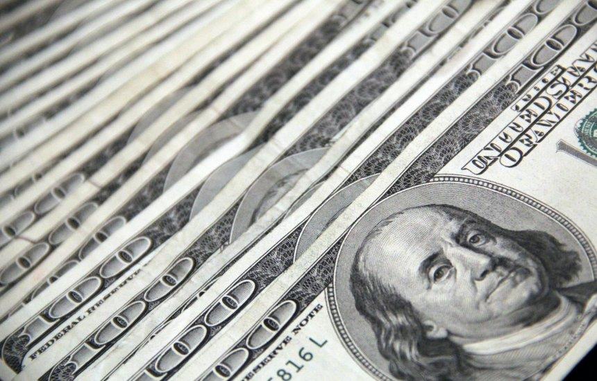 [Dólar opera em alta e volta a passar de R$ 5,50]